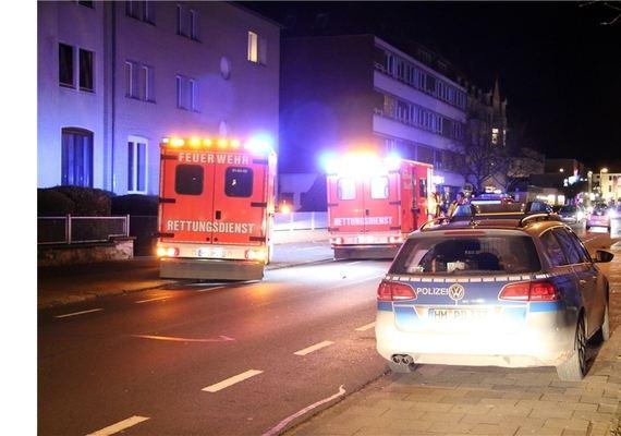 2442311_3_topboxbig_auf-dem-gehweg-an-der-kaiserstrasse-wurde-die-schwerstverletzte-gefunden-polizisten-sperren-den-schauplatz-des-verbrechens-ab-fotos-ube